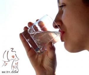 با نوشیدن آب رطوبت پوست را بدست آورید